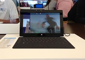 Surface แท็บเล็ตสุดฮอตจาก Microsoft ในเวลานี้ มีคนต่อแถวลองเล่นอย่างไม่ขาดสาย