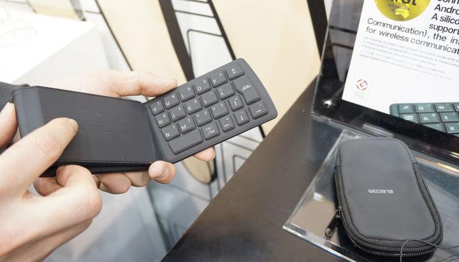 คีย์บอร์ดไร้สาย NFC เหมาะใช้งานกับแท็บเล็ต จากผู้ผลิตชั้นนำจากญี่ปุ่นอย่าง Elecom สนนราคาที่ 8,1xx บาท