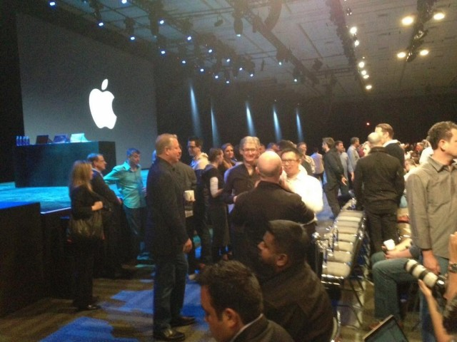 tim-cook-and-al-gore-chatting-it-up-at-wwdc