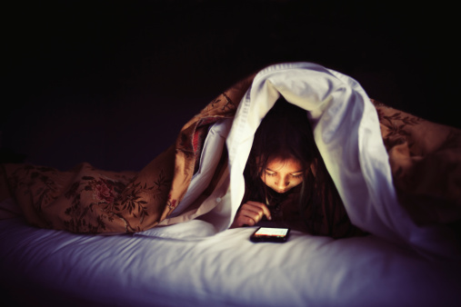 kid-in-bed-with-smartphone