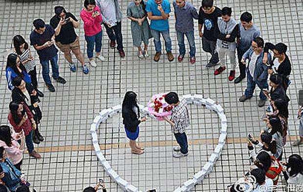 chinese man proposed his girlfriend by stacking 99 iphone 6 form heart ahead singles day she 600