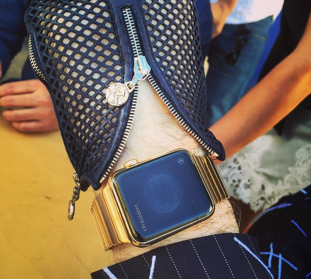 Karl-Lagerfeld-shows-off-hiis-Apple-Watch-Edition-timepiece-with-a-gold-band