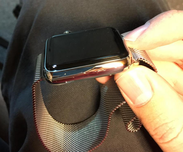 Scratches-appear-on-new-Apple-Watch-units 600 02