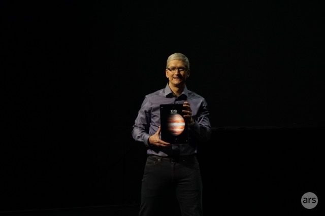 tim cook with ipad pro 600