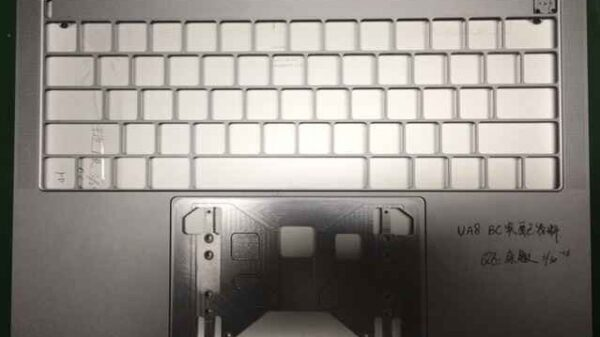 2016 macbook pro spy shot with OLED Touchpad 600 01