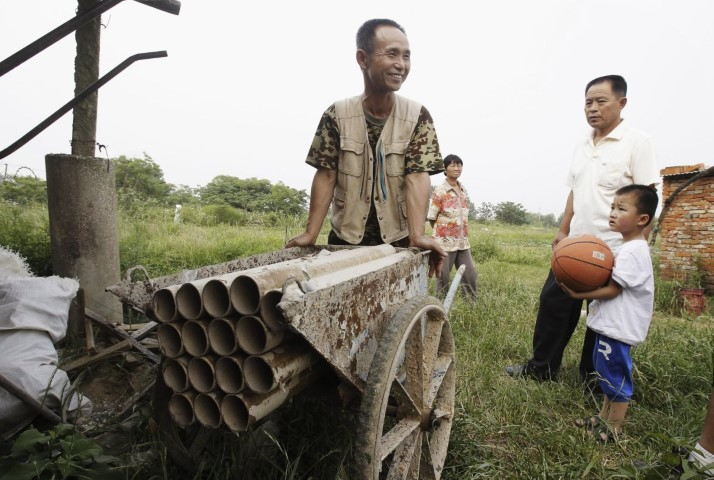 chinese-farmer-yang-youde-pushes-his-homemade-cannon-near-his-farmland-on-the-outskirts-of-wuhan-hubei-province-june-6-2010