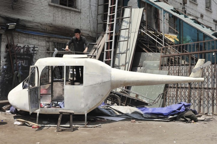 gao-hanjie-installs-the-rotor-blades-on-his-homemade-helicopter-in-shenyang-liaoning-province-june-9-2010