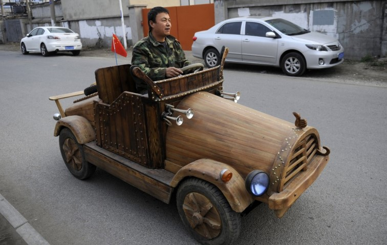 liu-fulong-built-this-electronic-vehicle-out-of-wood-the-car-can-reach-speeds-up-to-20-miles-an-hour-which-is-pretty-fast-for-a-homemade-experiment