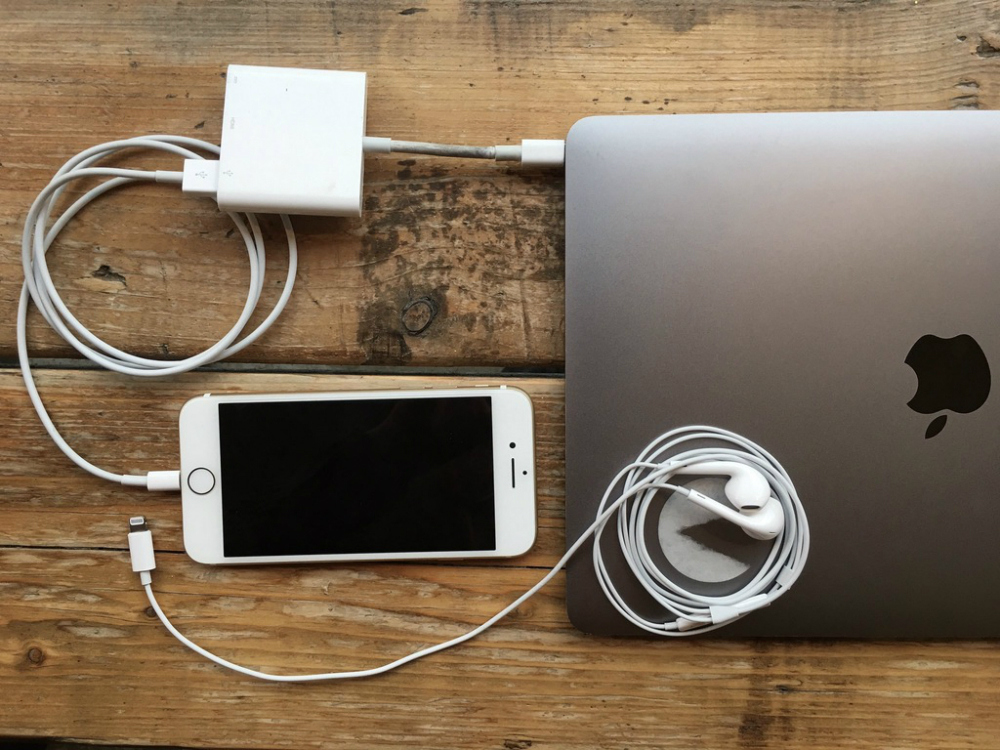 macbook-pro-iphone-7-lighting-headphones-dongle-600-03