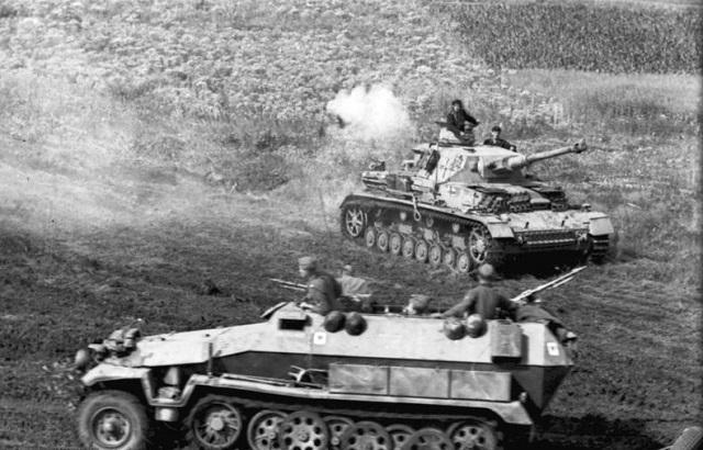 Russland, Panzer IV und Sch¸tzenpanzer in Fahrt