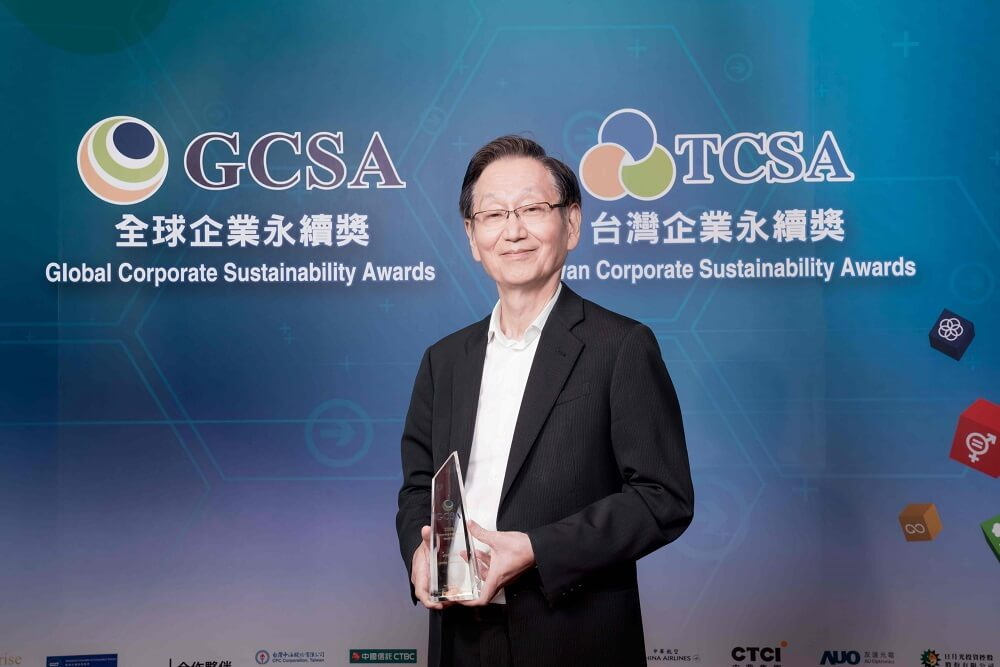 ASUS Chairman Jonney Shih receives the 2019 Global Corporate Sustainability Award on behalf of ASUS 1